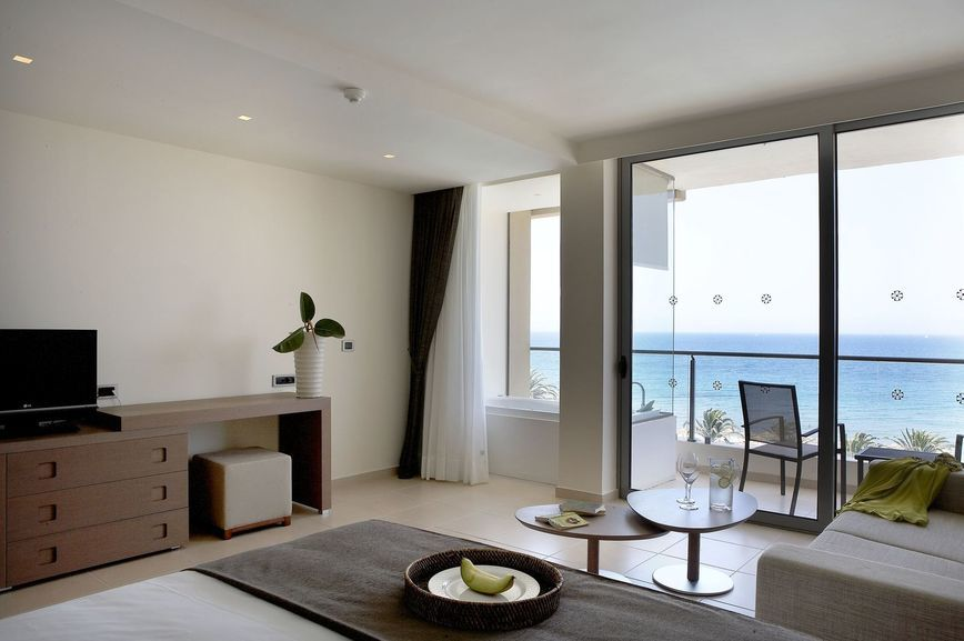 Deluxe_room_sea_view_02